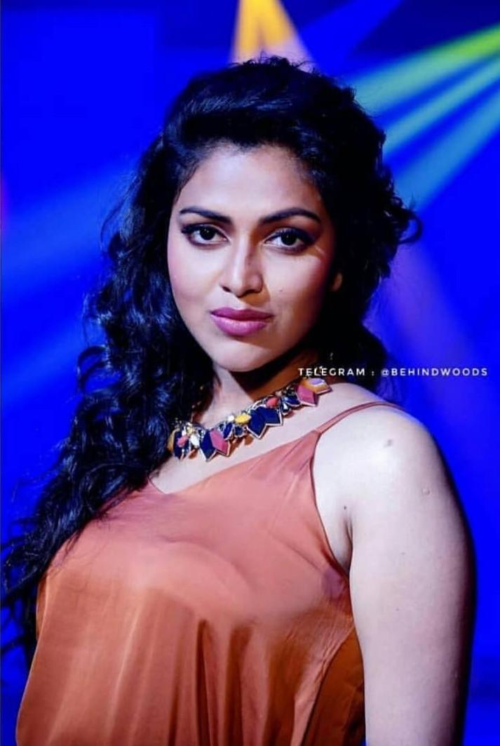 mallu_actress-amala-paul-sexy-hot-boobs-beauty-bra-visible-stills