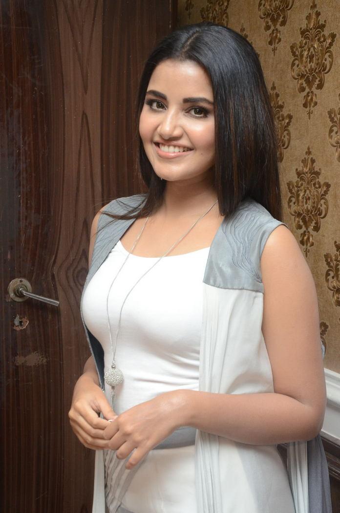 Actress Anupama Parameswaran Photo gallery & Personal biography