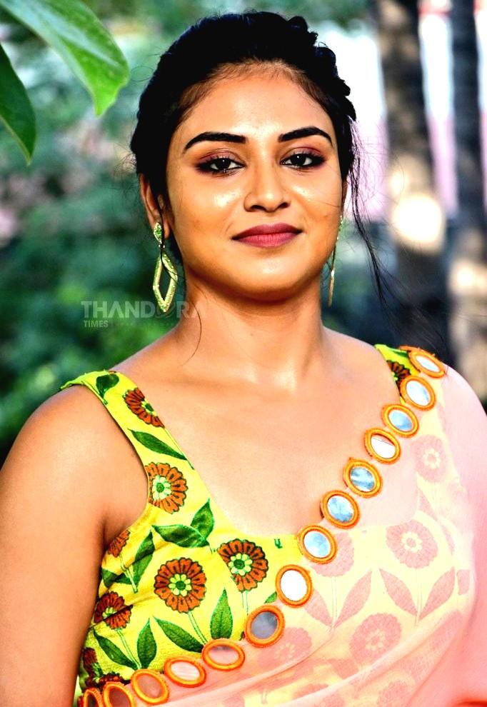 Actress Indhuja ravichandran Super-Duper-movie-heroine-Press meet-sexy-saree-side-boobs-show-stripes-photo-Gallery (11)