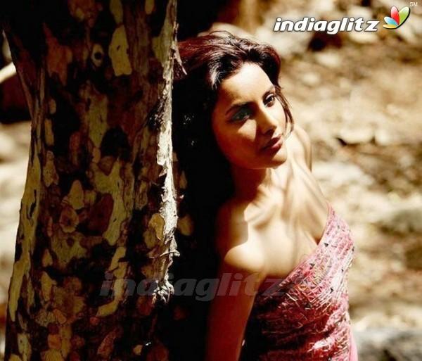 Priya Anand-hot-sexy-boobs-cleavage-stills