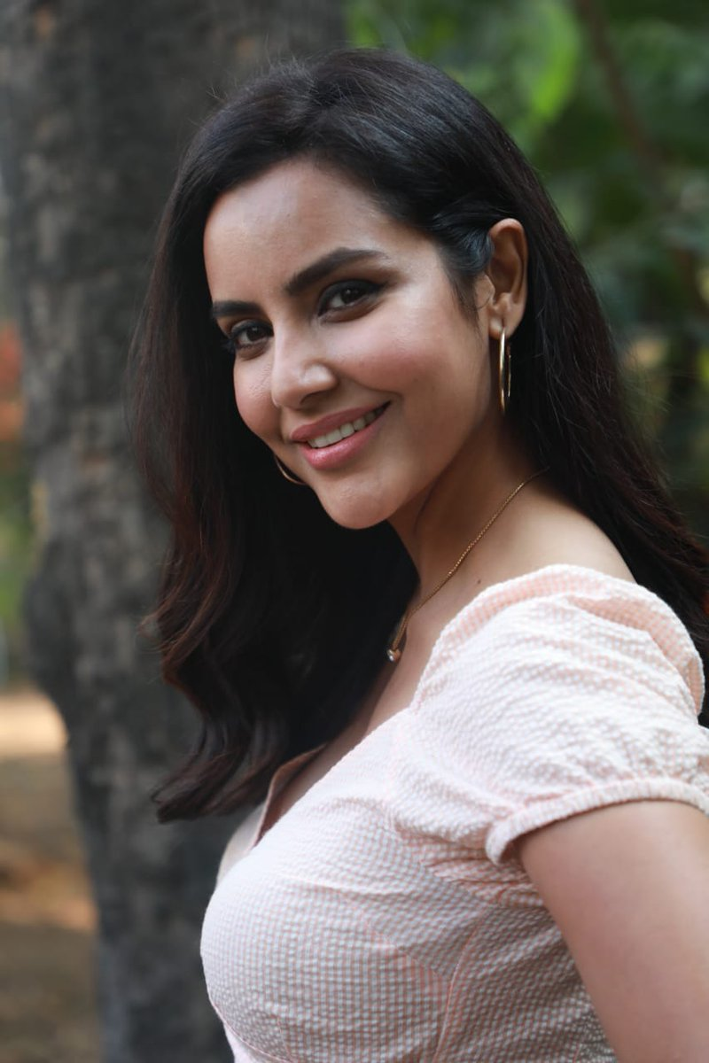 PriyaAnand on-board for the new tamil version ArjunReddy.