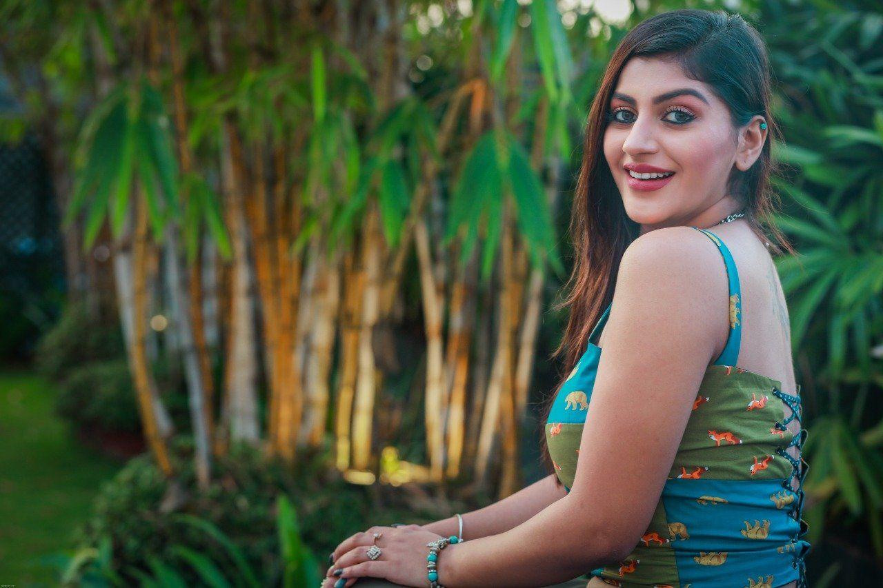 Yashika aanand Punjabi model descent sexy hot exposing side boobs teen paadam movie actress