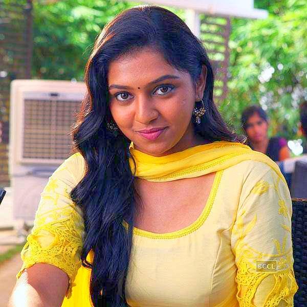 lakshmi-menon-Naan Sigappu Manithan-heroine-sexy actress saree photoshoot stills-bust-wait-hip sizes